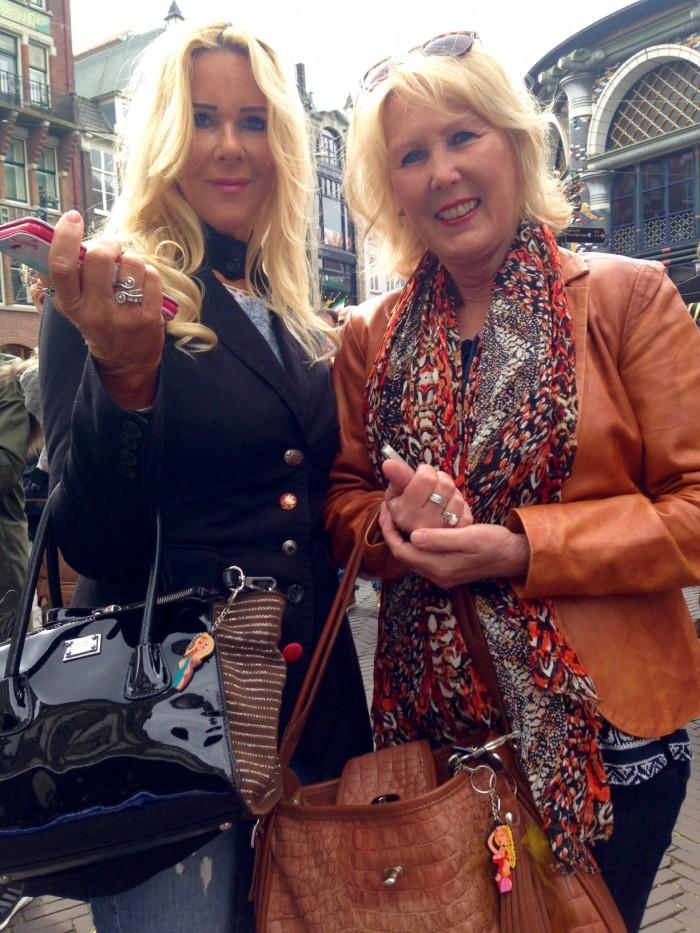 Tante Mar en mijn moeder met hun tassenhanger!